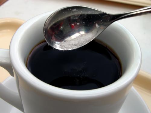 Skrze póry filtračního papíru jsou tukové složky z kávy odfiltrovány