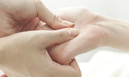 Mezi rizikové faktory artrózy rukou patří vyšší věk, ženské pohlaví a vyšší tělesná hmotnost