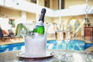 Šampaňské u bazénu (1)